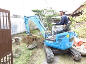 根株や石を取り除き整地をしていきます。