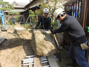大きな石はクレーンや昔ながらの道具を新旧織り交ぜ駆使していきます。