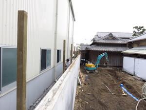 隣地工場との境界に竹垣を設置します。その支柱です。