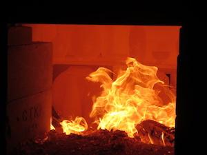 窯の温度が1200℃に達した時、土が金色に変わります。