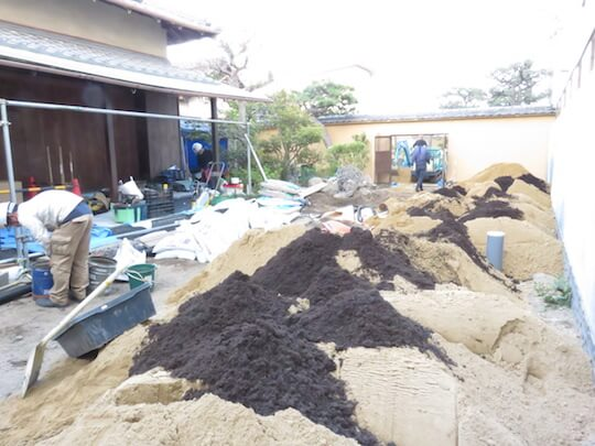 バーク堆肥などで土壌改良も行います。