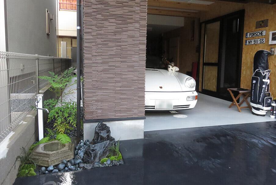 ガレージ前の刀掛石