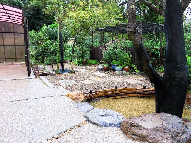 自然石を有効的に採用することで、庭の雰囲気を壊さない。