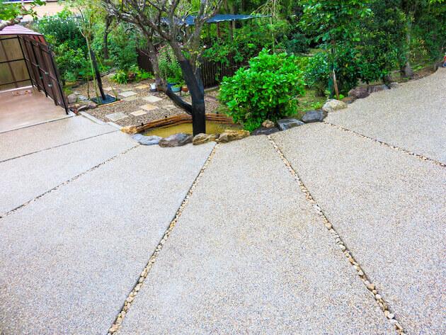 コンクリートの割れ防止の排水用のスリットもデザインに取り入れ、上空から見ると扇のように見える。